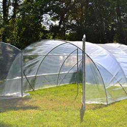 Nos serres de jardin sont conçues pour durer dans le temps et vous satisfaire pleinement. Vous pourrez y cultiver vos potagers et vos plantes. Les arceaux sont en acier galvanisé, avec ancrage inclus, la bâche peut être en 200 microns (200g/m²) ou en PVC armé Robustex 400 microns et sontutilisés par des professionnels. La fabrication estgarantie 100% française.