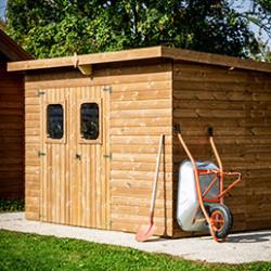 Rangez votre outillage, matériel de jardin et vélos en toute sécurité dans nos abris de jardin ! Fabriqués en bois de sapin du Nord ou en polycarbonate, ils sont très résistants aux intempéries et se monte très facilement ! Découvrez notre large gamme d'abris de tailles différentes.