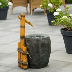 Créer une ambiance zen et relaxante dans votre jardin avec notre sélection de cascades design et élégantes. Elles peuvent être intégrés ou bien fixés à un mur. Ces cascades pour bassin sublimeront votre extérieur et apporteront une sensation de bien-être. Leur atout principal, elles vont permettre de brasser l'eau de manière continue. L'eau restera ainsi limpide plus longtemps.